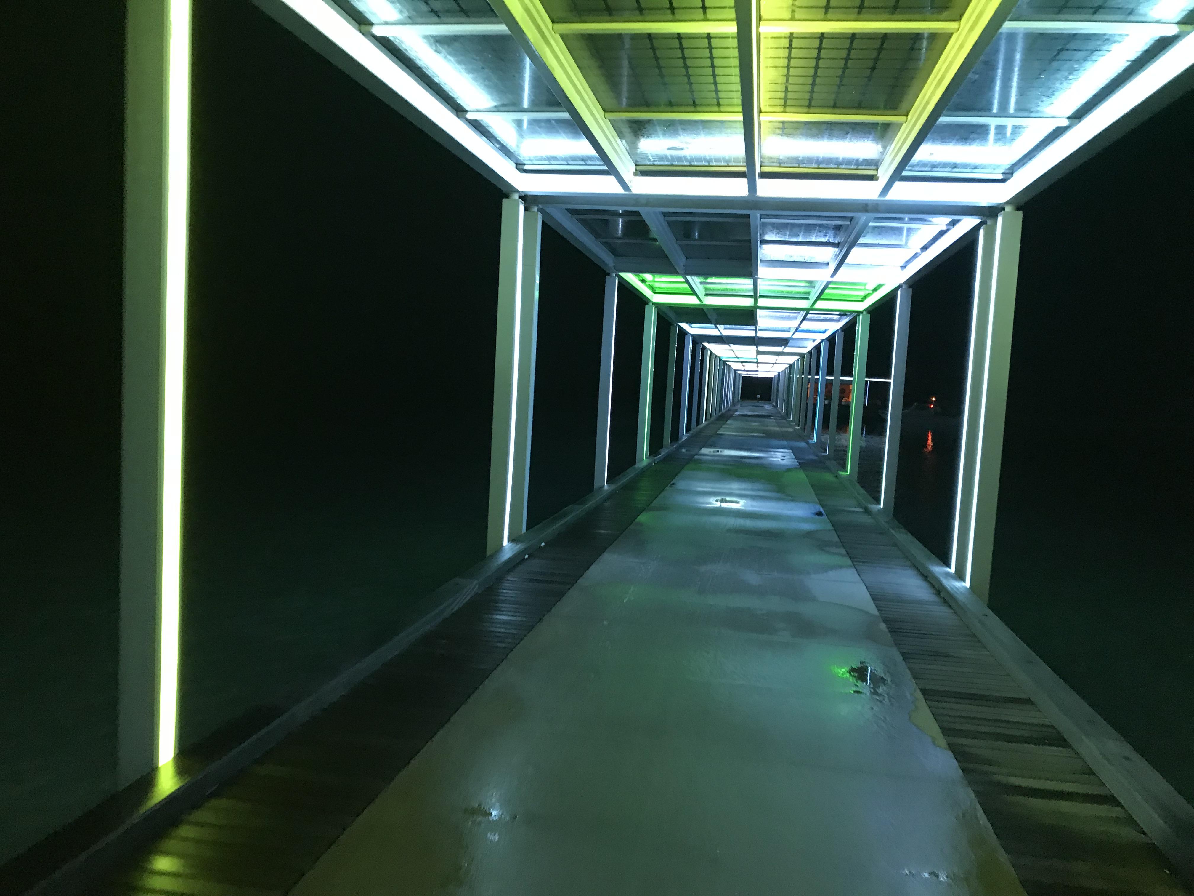 夜のクラブメッドのフィノールビラの船着き場